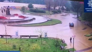 Photo of Львівські патрульні оштрафували водія, який проїхався через сквер біля Собору святого Юра