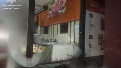Photo of У Львові хуліган розбив вітрину супермаркету та вікно автомобіля