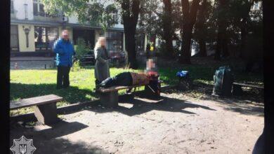 Photo of П'яна мама спала на лавці у центрі Львова, поки її намагався розбудити 6-річний син