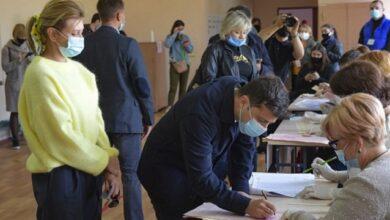 Photo of Зеленський, Шмигаль і Разумков: як голосують політики на виборах 2020