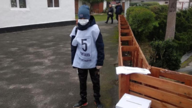 Photo of Перекинуті урни та діти-волонтери: поліція отримує скарги на опитування Зеленського