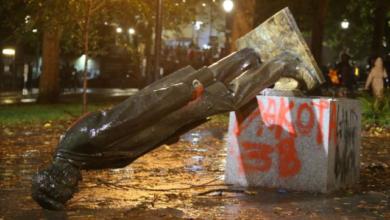 Photo of У Портленді бунтівники знесли статуї двох президентів США