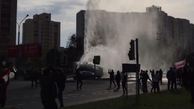 Photo of Протести у Білорусі: учасники мітингу зламали водомет