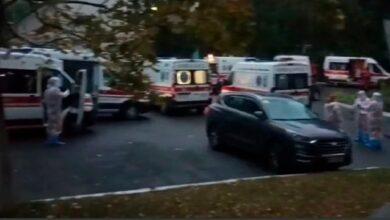 Photo of У Києві під лікарнею, яка приймає хворих на Covid-19, утворилася черга зі швидких