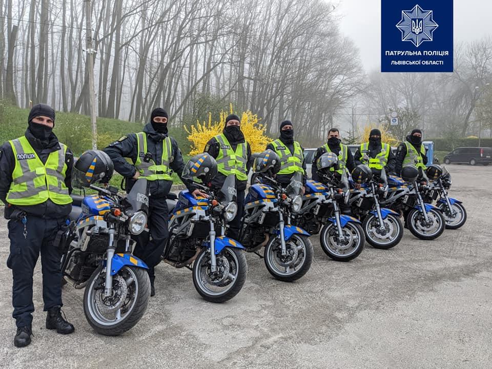 На зображенні може бути: мотоцикл та дорога